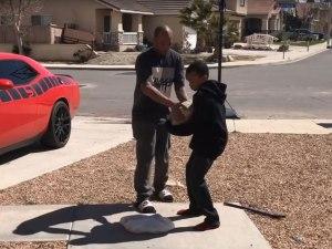 Padre obliga a su hijo a romper PS4